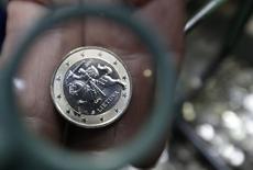 Pièce d'un euro lituanien. La Lituanie a reçu vendredi l'aval des ministres des Finances européens pour devenir le 19e pays membre de la zone euro le 1er janvier 2015. /Photo prise le 16 janvier 2014/REUTERS/Ints Kalnins