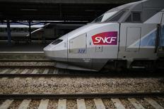 En la imagen, un tren francés de alta velocidad hecho por Alstom espera a  pasajeros en la estación de Nantes, en el oeste Francia. 18 junio de 2014.   REUTERS/Stephane Mahe.  El consejo de Alstom ALSO.PA aprobó por unanimidad la oferta de GE.N General Electric para comprar su negocio de energía, dijo el sábado el grupo industrial francés en un comunicado.
