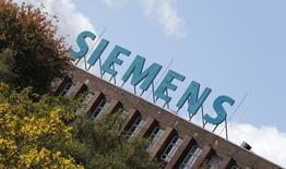 Selon le quotidien allemand Bild, le président du directoire de Siemens Joe Kaeser a déclaré dimanche que le groupe allemand se tenait prêt à reprendre les négociations avec Alstom et l'Etat français si ces derniers ne parvenaient pas à s'entendre avec l'américain General Electric. /Photo d'archives/REUTERS/Fabrizio Bensch