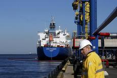Нефтяной танкер в порту Усть-Луга, 9 апреля 2014 года. Цены на нефть Brent превысили $115 за баррель и приблизились к девятимесячному максимуму из-за опасений, что начнутся перебои в поставках нефти из Ирака, где суннитские боевики в выходные взяли под контроль еще несколько городов. REUTERS/Alexander Demianchuk