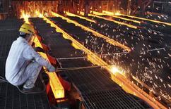 Рабочий на металлургическом комбинате в Ганьюе, провинция Цзянсу, 9 июня 2014 года. Активность в производственном секторе Китая выросла в июне впервые за шесть месяцев благодаря увеличению числа новых заказов, свидетельствует предварительное исследование HSBC. REUTERS/China Daily