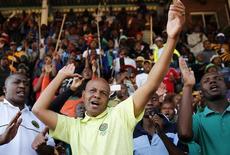 """El presidente de la Asociación de Unión de Minería y Construcción de Sudáfrica, Joseph Mathunjwa, canta antes de dirigir a los huelguistas en el Estadio Wonderkop en la ciudad de Nkanenf, en las afueras de la mina de Lonmin en Rustenburg, 14 de mayo de 2014. El sindicato sudafricano AMCU declaró el lunes """"oficialmente terminada"""" la huelga que durante cinco meses paralizó la actividad en las minas de platino del mayor productor mundial de ese metal, y que se convirtió en el paro más largo en la historia del país. REUTERS/Siphiwe Sibeko"""