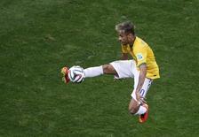 Neymar controla a bola durante vitória do Brasil sobre Camarões por 4 x 1. REUTERS/David Gray