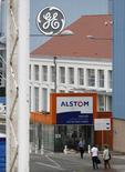 Logos de General Electric y de Alstom en Belfort, Francia, jun 23 2014. En un viaje conjunto al poblado de Belfort, que es la cuna de su cooperación en Francia, los jefes de Alstom y General Electric defendieron su unión como buena para los negocios, el empleo y Francia.   REUTERS/Vincent Kessler