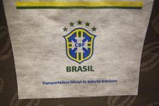 El logo de la selección brasileña de fútbol impreso en el resplado del asiento de un vuelo entre Sao Paulo y Río de Janeiro, jun 6 2014. Las aerolíneas brasileñas han visto un fuerte descenso en el tráfico durante el Mundial, debido a que la caída en la venta de boletos de clase de negocios supera al flujo de aficionados extranjeros, lo que se suma a las señales confusas sobre los beneficios económicos del torneo que se prolonga por un mes.  REUTERS/Jorge Silva