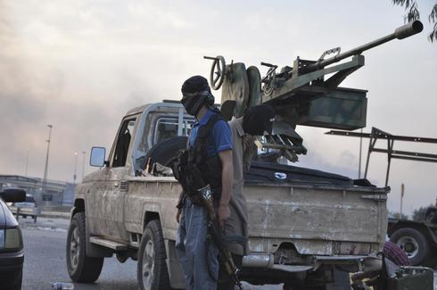 Iraq insurgents seize oilfields, hit air base as U.S. advisers arrive