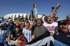 Torcedores argentinos, que invadiram Porto Alegre, em frente à Arena Beira-Rio, onde a seleção argentina enfrenta a Nigéria. 24/6/2014.  REUTERS/Marko Djurica