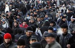 Мигранты-мусульмане после молитвы в первый день праздника Курбан-байрам в Москве, 6 ноября 2011 года. Лишь менее пяти процентов граждан Таджикистана в России не имеют загранпаспортов, которыми Москва обусловила въезд гастарбайтеров, и такое ограничение не уменьшит потока трудовых мигрантов, сообщил Рейтер представитель таджикского МИДа. REUTERS/Denis Sinyakov (RUSSIA - Tags: SOCIETY POLITICS) - RTR2X5LV