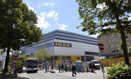 Ikea, première chaîne mondiale de magasins d'ameublement, innove en Allemagne avec un magasin dans le centre de Hambourg, qui ouvrira ses portes au public lundi. /Photo prise le 25 juin 2014/REUTERS/Fabian Bimmer