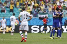 Jogadores da Bósnia comemoram gol e iraniamos lamentam.   REUTERS/Marcos Brindicci