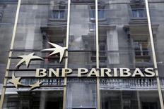 BNP Paribas, qui espère que l'amende qu'elle se prépare à devoir acquitter aux Etats-Unis s'établira autour de sept à huit milliards de dollars, à suivre jeudi à la Bourse de Paris. /Photo prise le 30 mai 2014/REUTERS/Charles Platiau