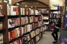 Imagen de archivo de una mujer leyendo un libro en una sede de Barnes & Noble, en Pasadena, California, 26 de noviembre de 2013.  La cadena de librerías Barnes & Noble Inc reportó una pérdida trimestral menor y dijo que separaría su negocio Nook Media, lo que impulsaba al alza sus acciones en cerca de un 9 por ciento. REUTERS/Mario Anzuoni/Files