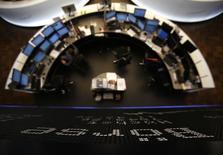 Les principales Bourses européennes tentent un rebond vendredi à l'ouverture, après plusieurs séances de baisse, à l'occasion d'une séance rythmée par une salve de statistiques européennes. À Paris, le CAC 40 avance de 0,15% à 4.446,39 points vers 07h30 GMT. Francfort gagne 0,09% et Londres 0,17%. L'indice EuroStoxx 50 progresse de 0,15%. /Photo d'archives/REUTERS/Lisi Niesner