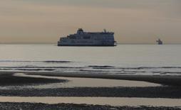 L'Autorité britannique de la concurrence a confirmé vendredi sa décision d'interdire aux ferries de MyFerryLink de relier Calais à Douvres. Eurotunnel a décidé de faire appel contre ce jugement défavorable vis-à-vis de sa filiale. La décision du régulateur britannique est liée au niveau de concurrence jugé insoutenable avec DFDS et P&O Ferries qui pourrait conduire au retrait de l'un des acteurs. /Photo prise le 4 mai 2014/REUTERS/Christian Hartmann