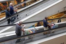 La consommation des ménages français en biens a augmenté de 1,0% en mai, nettement plus qu'anticipé, en raison principalement du rebond des dépenses en énergie, selon l'Insee. /Photo d'archives/REUTERS/Charles Platiau