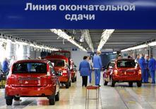 L'alliance Renault-Nissan a finalisé l'accord lui donnant le contrôle d'AvtoVAZ, premier constructeur automobile russe et propriétaire de la marque Lada. L'entité franco-japonaise détient désormais 67,1% des parts dans la société holding qui contrôle le russe. /Photo d'archives/REUTERS/Denis Sinyakov