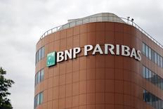 Selon le Wall Street Journal, qui cite une source proche du dossier, BNP Paribas envisage de réduire son dividende et d'émettre plusieurs milliards d'euros d'obligations dans le cadre de son litige aux Etats-Unis. /Photo prise le 30 mai 2014/REUTERS/Charles Platiau
