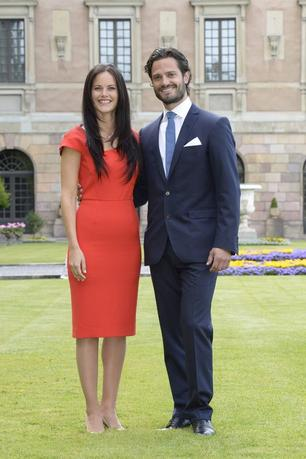 Sweden's Prince Carl Philip (R) and Sofia Hellqvist pose at a news conference where they announced their engagement at Stockholm Palace, June 27, 2014. REUTER/Jonas Ekstromer