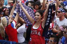 Torcedora dos Estados Unidos assiste a jogo da Copa do Mundo em Hermosa Beach, Califórnia, em partida contra Alemanha. 26/6/2014 REUTERS/Lucy Nicholson