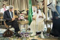 El Rey Abdullah bin Abdulaziz Al-Saud (en la foto a la derecha) y el secretario de Estado de Estados Unidos, John Kerry, conversan antes de una reunión en la residencia privada del rey en Yeda. 27 junio, 2014. El secretario de Estado de Estados Unidos, John Kerry, y el Rey Abdullah de Arabia Saudí discutieron brevemente el viernes sobre el suministro global de petróleo durante una reunión sobre la crisis en Irak, dijo un funcionario de alto rango del Departamento de Estado. REUTERS/Brendan Smialowski/Pool