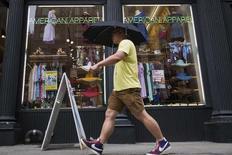 American Apparel a adopté ce week-end un nouveau régime anti-OPA de droits des actionnaires, pour une période d'un an, permettant à son conseil d'administration de mieux protéger la chaîne américaine de magasins d'habillement contre une éventuelle tentative de prise de contrôle. /Photo prise le 19 uin 2014/REUTERS/Brendan McDermid