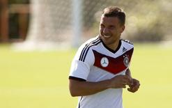 Jogador da Alemanhã Lukas Podolski treina em Santo André, na Bahia. 17/6/2014.  REUTERS/Arnd Wiegmann