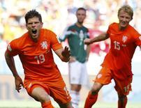 Klaas-Jan Huntelaar (E) e Dirk Kuyt comemoram gol da Holanda na Arena Castelão, em Fortaleza.  29/6/2014.  REUTERS/Dominic Ebenbichler