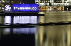 ThyssenKrupp a annoncé la vente de son chantier de construction de sous-marins dans le sud de la Suède au groupe de défense suédois Saab pour 340 millions de couronnes suédoises (37 millions d'euros). Le gouvernement suédois avait auparavant exclu de passer de nouvelles commandes de sous-marins au groupe allemand, préférant se tourner vers Saab pour sa stratégie future. /Photo d'archives/REUTERS/Ina Fassbender