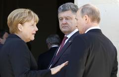 Президент России Владимир Путин (справа), президент Украины Петр Порошенко (в центре) и канцлер Германии Ангела Меркель на мероприятии, посвященном юбилею высадки войск союзников в Нормандии 6 июня 2014 года. REUTERS/Regis Duvignau