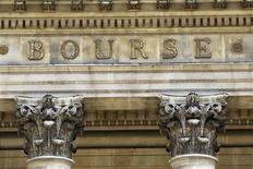 Les Bourses européennes sont passées dans le rouge à mi-séance. À Paris, l'indice CAC 40 reculait de 0,33% à 4.422,55 points vers 11h GMT. À Francfort, le Dax avançait encore de 0,18% mais à Londres, le FTSE perdait 0,1%. /Photo d'archives/REUTERS/Charles Platiau