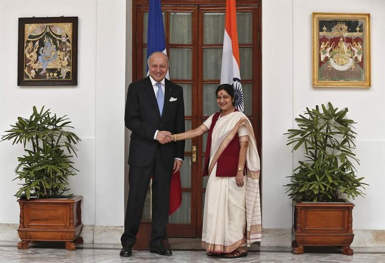 France's Foreign Minister Laurent Fabius (L) shakes hands with his Indian counterpart Sushma Swaraj before their meeting in New Delhi June 30, 2014.  REUTERS/Adnan Abidi