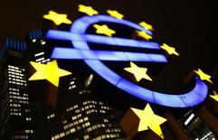 Un logo iluminado del euro es visto en la casa matriz del Banco Central Europeo en Fráncfort, 8 de enero de 2013. Las bolsas de Asia subían con cautela el lunes y el dólar se mantenía bajo presión al inicio de una semana cargada de datos económicos que pondrán a prueba las esperanzas de los inversores en una mejoría de la economía global. REUTERS/Kai Pfaffenbach