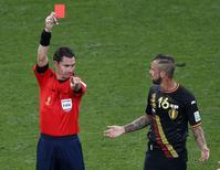 Steven Defour, da seleção da Bélgica, é expulso durante jogo contra a Coreia do Sul em São Paulo. REUTERS/Paulo Whitaker