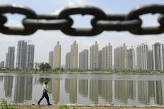 """Imagen de un guardia de seguridad patrullando cerca de la orilla de un río el 27 de junio en Taiyuan, en la provincia de Shanxi. China completará las principales reformas de su sistema impositivo para el 2016 y contará con un mecanismo """"moderno"""" en marcha para el 2020, citó el lunes la agencia de noticias Xinhua al poderoso Politburo del país luego de un encuentro. REUTERS/Jon Woo"""