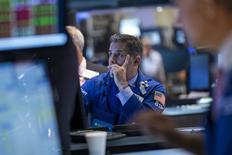 La Bourse de New York a fini sur une note irrégulière lundi, le Dow Jones et le S&P 500 cédant du terrain après des indicateurs macro-économiques jugés contrastés tandis que le Nasdaq composite a gagné du terrain. /Photo prise le 30 juin 2014/REUTERS/Brendan McDermid