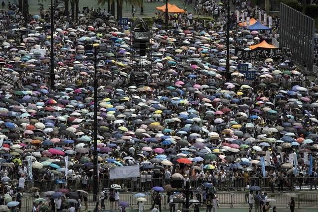 7月1日、香港で民主派による大規模な反中デモが開催され、参加者が香港での高度な自治の維持などを訴えた(2014年 ロイター//Tyrone Siu)
