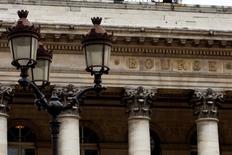 La Bourse de Paris est orientée à la en hausse à la mi-journée et le CAC 40 gagne 0,64% vers 13h, dans le sillage de BNP Paribas qui a accepté de plaider coupable de deux chefs d'accusation aux Etats-Unis et de s'acquitter d'une amende record de 8,9 milliards de dollars (6,5 milliards d'euros). /Photo d'archives/REUTERS/Charles Platiau