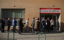 Personas hacen una fila para entrar a una oficina de empleo del gobierno en Madrid, 29 de abril de 2014. El desempleo registrado en España registró en junio un descenso de 122.684 personas a 4,449 millones, continuando con la tendencia a la baja iniciada en octubre pasado, dijo el miércoles el Ministerio de Empleo. REUTERS/Andrea Comas