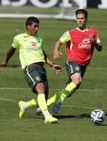Paulinho treina entre os titulares do Brasil nesta quarta-feira.   REUTERS/Marcelo Regua