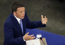 Matteo Renzi a engagé le semestre de présidence italienne de l'Union européenne par un nouvel appel à des mesures de relance de la croissance économique au sein des Vingt-Huit. Le président du Conseil italien s'est déjà prononcé pour une Europe qui se défasse de l'austérité et se tourne vers la croissance, mais dans son discours devant les députés à Strasbourg, mercredi, il a répété que l'Italie était un contributeur net au budget de l'UE. /Photo prise le 2 juillet 2014/REUTERS/Vincent Kessler