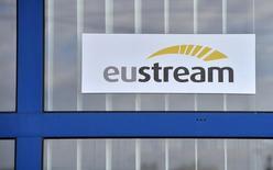 Логотип словацкой Eustream в Велке Капушаны на границе с Украиной 15 апреля 2014 года. Словаций газопроводный оператор Eustream сообщил в среду, что получил ряд обязывающих заявок от потенциальных продавцов газа, желающих поставлять топливо для Украины через страны Евросоюза.REUTERS/Radovan Stoklasa