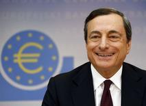 En la imagen, Mario Draghi durante una rueda de prensa en Fráncfort, el 3 de julio de 2014. El presidente del Banco Central Europeo, Mario Draghi, dijo el jueves que los riesgos que aún enfrenta la economía de la zona euro se reflejarían en tasas de interés bajas por un periodo prolongado de tiempo.  REUTERS/Ralph Orlowski
