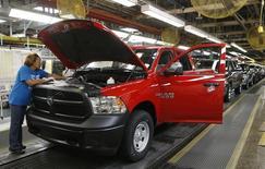 En la imagen, una empleada comprueba un vehículo en una planta de ensamblaje de automóviles en Michigan, el 11 de diciembre de 2013.  El déficit comercial de Estados Unidos se contrajo un poco más de lo previsto en mayo debido a que las exportaciones subieron a un récord, sugiriendo que el comercio podría ser una carga menor de lo esperado sobre la expansión del segundo trimestre. REUTERS/Rebecca Cook/Files