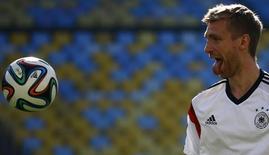 Defensor alemão Per Mertesacker olha bola durante treino no Rio de Janeiro. 3/7/2014 REUTERS/Kai Pfaffenbach