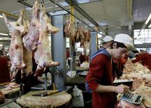 Продавец мяса на московском рынке 13 октября 2008 года. Существенный рост цен на мясопродукты отмечался в июне 2014 года. REUTERS/Denis Sinyakov