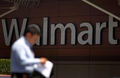 Imagen de archivo de un hombre camina a las afueras de una tienda de Wal-Mart de México, en Ciudad de México, 15 de agosto de 2012. Las acciones de la gigante minorista Wal-Mart de México (Walmex) caían el viernes en la bolsa mexicana luego de reportar una  inesperada baja en sus ventas comparables de junio. REUTERS/Edgard Garrido