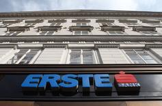 Imagen de archivo del logo de Austrian lender Erste Group en Vienna, 28 de febrero de 2014.  El derrumbe de las acciones del banco Erste golpeó el viernes a la bolsa austriaca y frenó el repunte de los mercados bursátiles europeos, que esta semana habían tocado máximos de varios años. REUTERS/Heinz-Peter Bader/Files