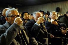 Ancianos hacen un brindis en una fiesta para celebrar en fin del invierno en la ciudad de Chillán, 1 de septiembre de 2008. Los fondos de pensiones chilenos registraron una rentabilidad positiva en junio, debido al favorable desempeño de las inversiones en el extranjero y en títulos de deuda local, informó el viernes el regulador del sector. REUTERS/Jose Luis Saavedra