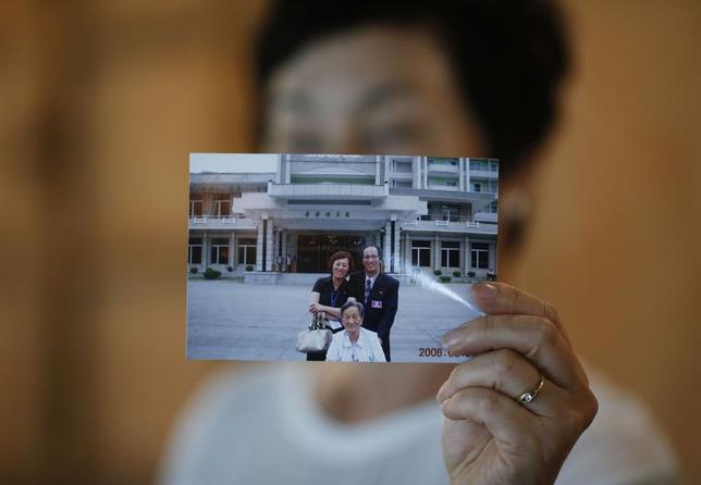 7月3日、日本人拉致被害者の横田めぐみさんの夫、金英男(キム・ヨンナム)さんは母国韓国では、完全に忘れ去られている存在に。写真はヨンナムさんが写った写真を見せる姉のキム・ヨンジャさん。全州で2日撮影(2014年 ロイター/Kim Hong-Ji)
