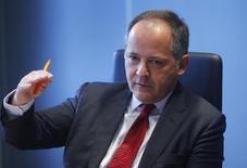 En la imagen, el miembro del Banco Central Europeo Benoît Coeuré durante en una entrevista con Reuters en Fráncfort, el 12 de febrero de 2014. El domingo, Coeuré dijo que el BCE mantendrá las tasas de interés muy bajas durante un largo período de tiempo para asegurar la estabilidad monetaria, pero que los gobiernos de la zona euro deben hacer su parte para impulsar el crecimiento y reducir su deuda. REUTERS/Ralph Orlowski
